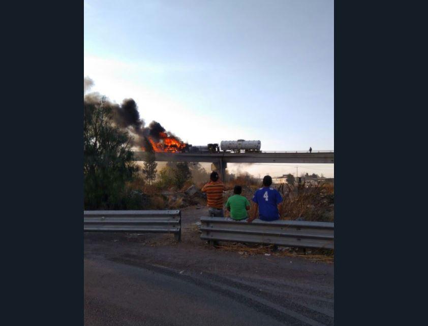 Se incendia pipa con 60 mil litros de diésel en la Texcoco-Ecatepec