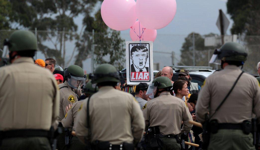 Protestan a favor y en contra de Trump