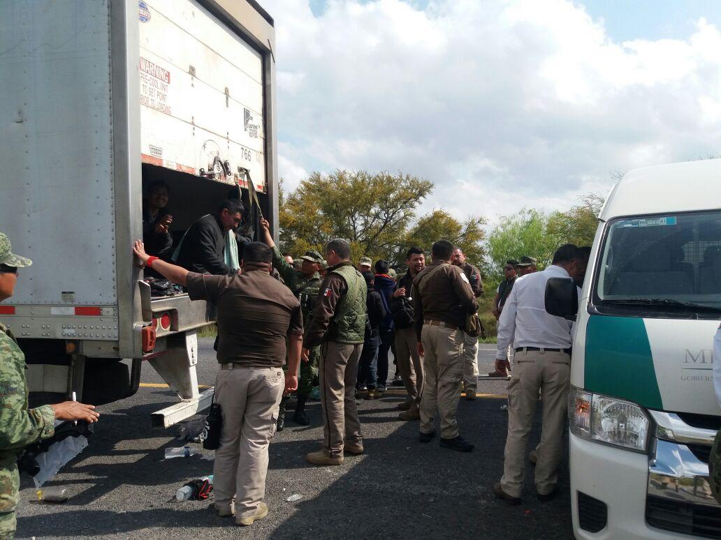 Rescatan a 144 migrantes centroamericanos en caja de tráiler en Nuevo León
