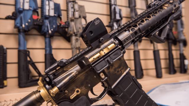 Dueno de armería negó vender rifle AR-15 a agresor de Florida