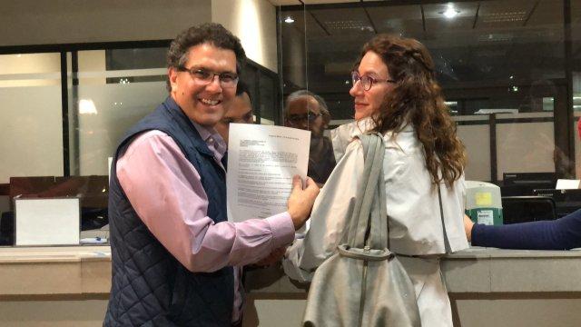 Ríos Piter entrega al INE solicitud de registro como candidato independiente