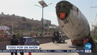 Se atora fuselaje de avión en la Autopista del Sol