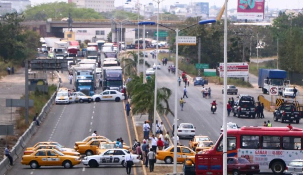 taxistas bloquean entradas villahermosa protesta servicio uber
