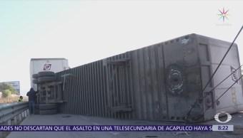Tráiler se queda sin frenos y vuelca en la México-Puebla