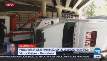 Tráiler vuelca sobre taxi en Periférico y Circuito Centro Comercial, en Edomex