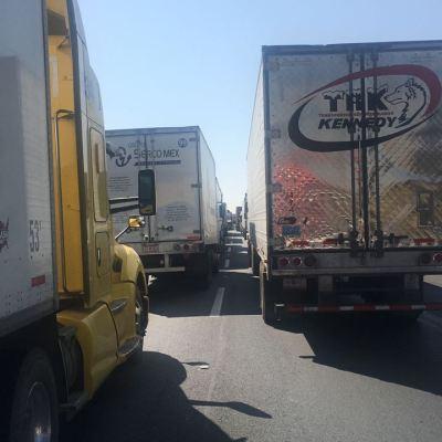 Vuelca tráiler con botellas de vidrio en autopista México-Querétaro; afecta severamente el tránsito