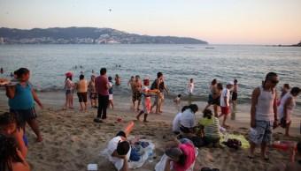 Turistas disfrutan del puente en Acapulco