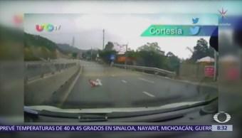 Un bebé gatea en plena carretera, en Vietnam