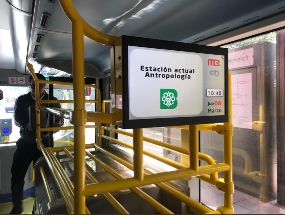 paradas de metrobus entorpecen subida de pasajeros en reforma