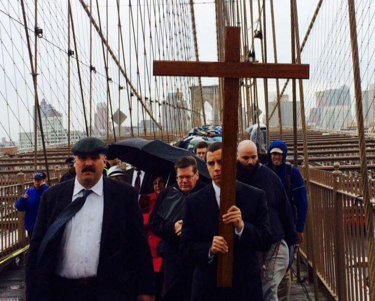 catolicos viacrucis puente brooklyn nueva york,