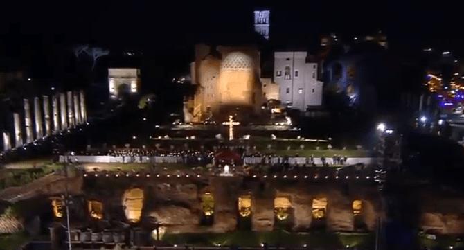 El Papa Francisco encabeza la celebración del viernes Santo en Roma