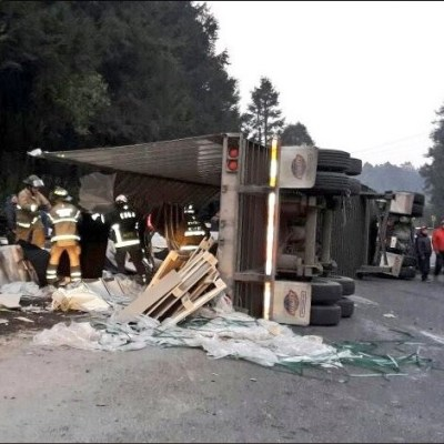 Volcadura de tráiler afecta tránsito en la carretera México – Toluca