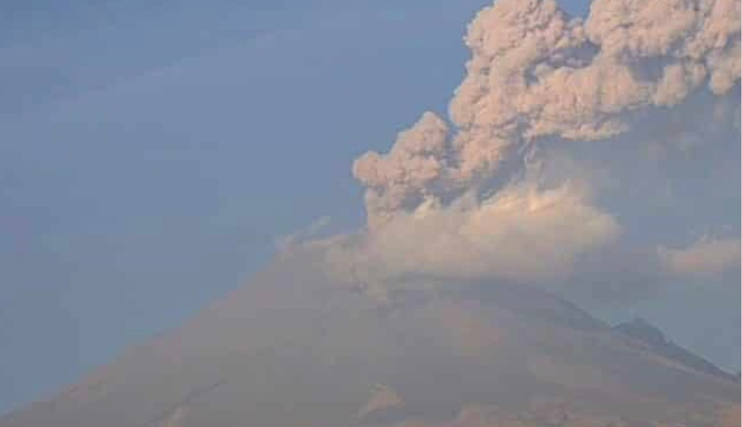 volcan popocatepetl emite fumarola el lunes