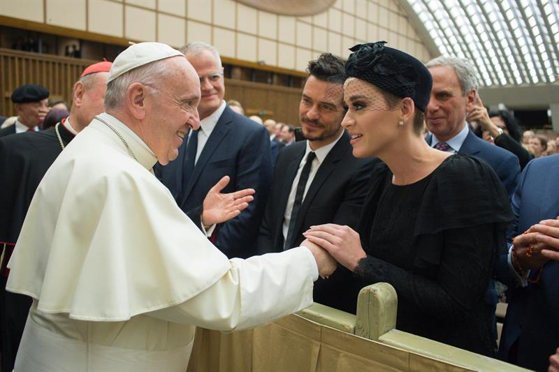 El papa saluda a Katy Perry, Orlando Bloom y Peter Gabriel