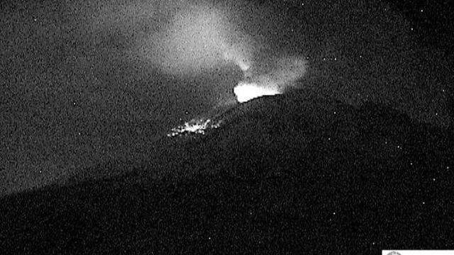 Leve explosión en el Popocatépetl lanza fragmentos incandescentes
