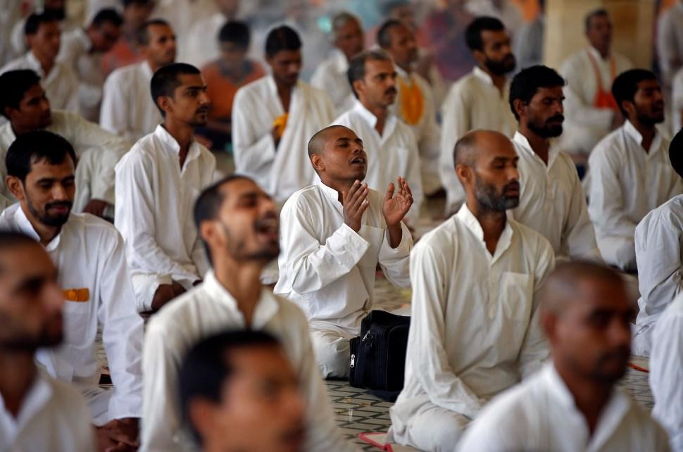 seguidores-guru-indio-asaram-bapu-reunidos-templo-adoracion