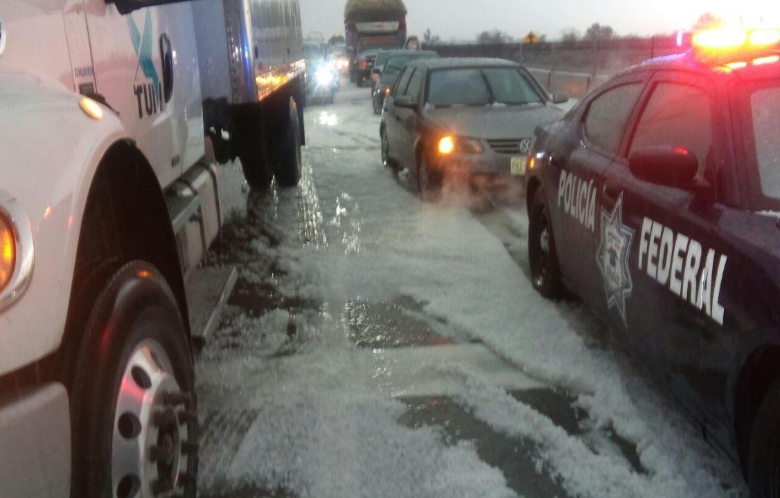 Autopista Puebla-Córdoba se cubre de granizo; Policía Federal aplica operativo