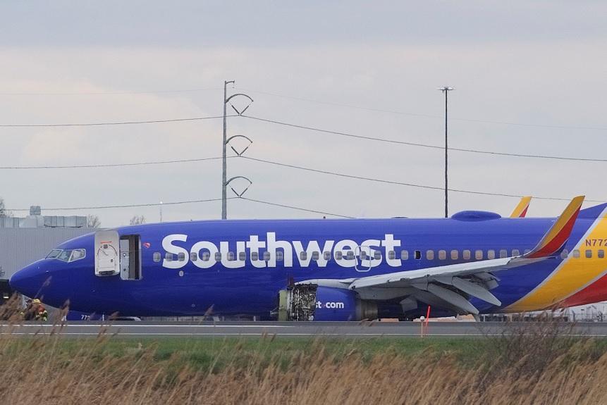 Muere pasajero tras aterrizaje de emergencia de avión en Philadelphia