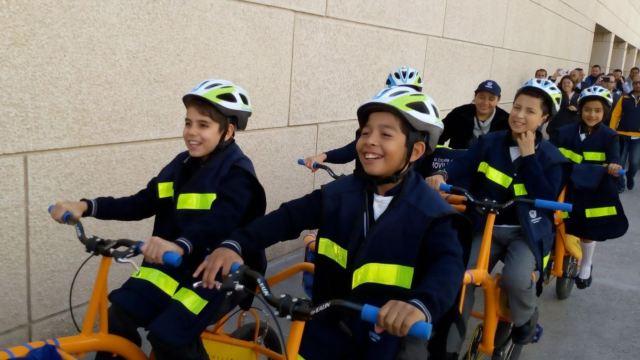Alumnos de primaria y secundaria llegan en biciorugas en Querétaro