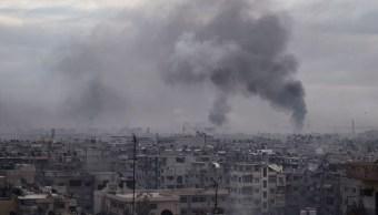 Columna de humo se eleva después de ataque aéreo en Duma