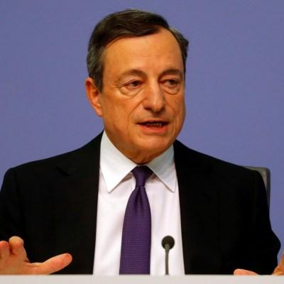 Aumento de proteccionismo, riesgo para crecimiento económico de zona euro: Mario Draghi