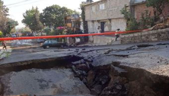 Fuga de agua potable provoca socavón en la colonia Héroes de Padierna