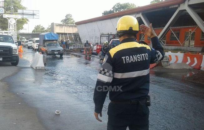 Fuga de agua inunda Eje 3 Oriente