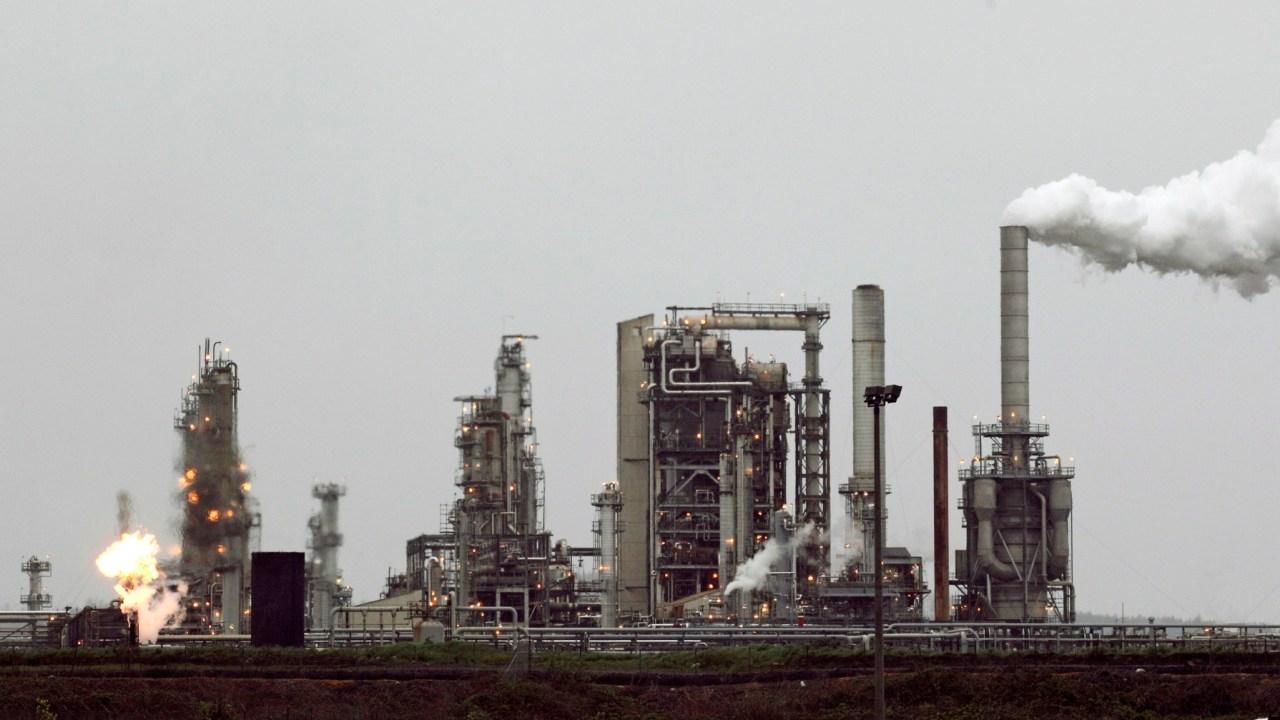 recios del petróleo bajan ante aumento de producción en EU