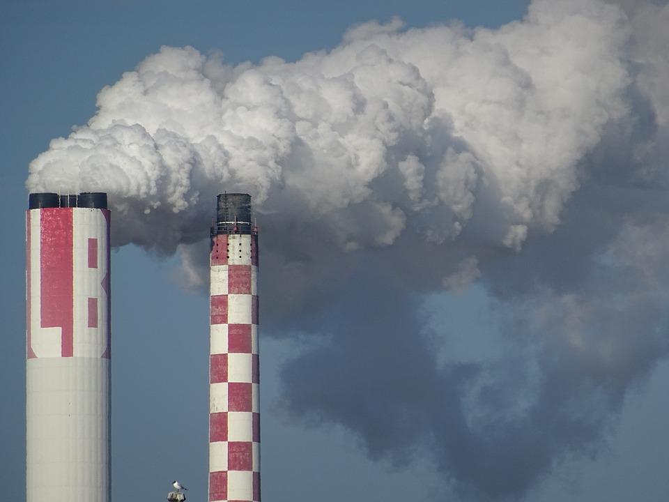 chimeneas-planta-energia-expulsando-humo-ejemplo-calentamiento-global