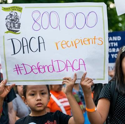 Juez ordena a Trump reactivar programa DACA y aceptar nuevos 'dreamers'
