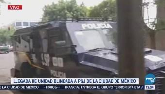 Llega unidad blindada con dos detenidos a la Procuraduría capitalina