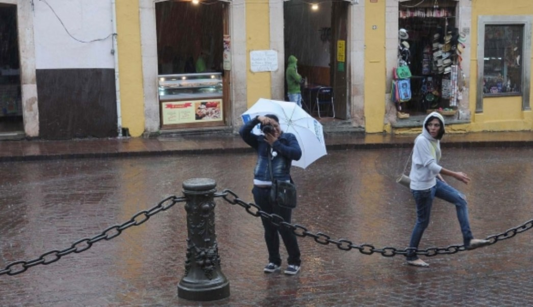 Dos canales de baja presión provocarán lluvias en gran parte de México