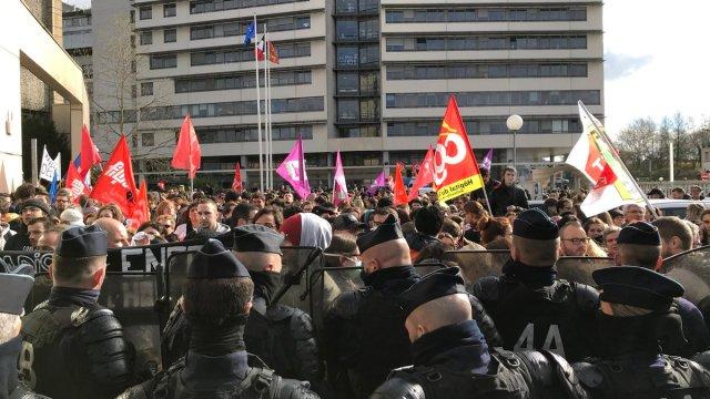 Médicos y alumnos se unen a protesta por reformas de Macron