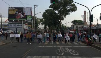 Alumnos y padres de familia bloquean la calzada de La Viga, CDMX