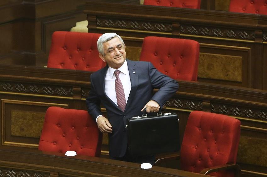 Dimite el primer ministro de Armenia en medio de multitudinarias protestas