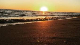 Turistas disfrutan del oleaje suave en las playas de Los Mochis