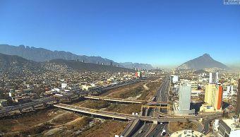 Turistas abarrotan parques y albercas municipales en Nuevo León