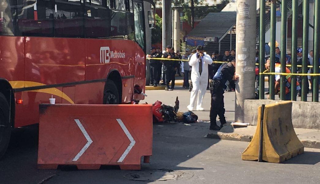 motociclista muere tras chocar con metrobus en tepalcates