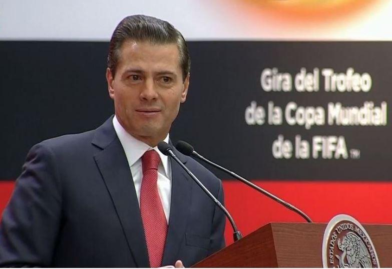El presidente Enrique Peña Nieto encabezó la gira del trofeo de la Copa Mundial de la FIFA. (Noticieros Televisa)