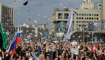 Miles de personas salen a calles de Moscú contra bloqueo de internet