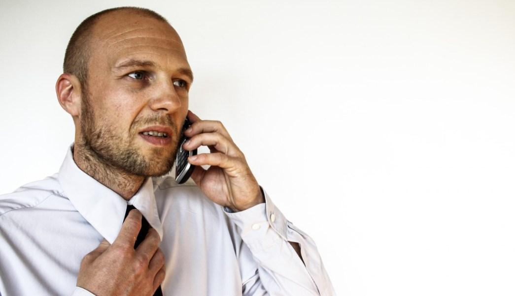 sujeto-recibe-llamada-extorsion-telefonica