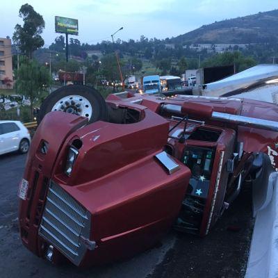 Volcadura de tráiler afecta circulación sobre la avenida Jesús Reyes Heroles, Tlalnepantla