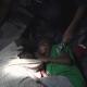 Nino se aferra a cuerpo de su padre en Yemen