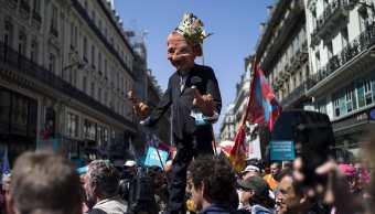 Miles de personas marchan en París contra el presidente Macron