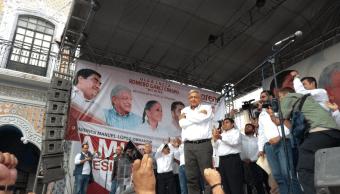 López Obrador se compromete a cumplir la Constitución y no reelegirse