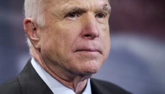 Asesora Casa Blanca se burla cáncer que sufre John Mccain