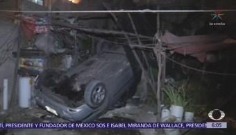 Automóvil cae sobre azotea en la delegación