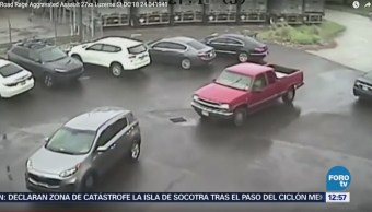 Buscan a sujeto que atacó a 2 personas con un mazo en EU