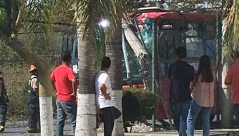 Camión choca contra poste en Jalisco