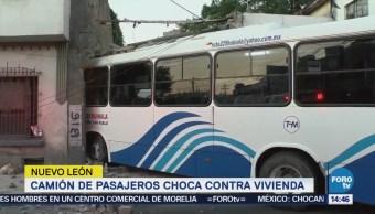 Camión de pasajeros choca contra vivienda en Nuevo León
